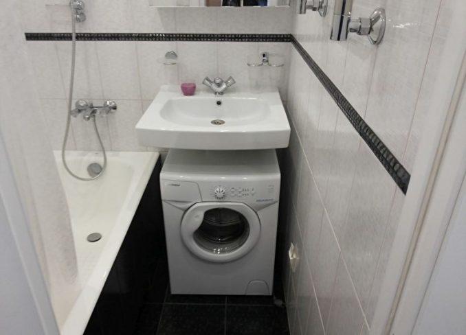 Серо-черный дизайн ванной в хрущевке со стиральной машиной