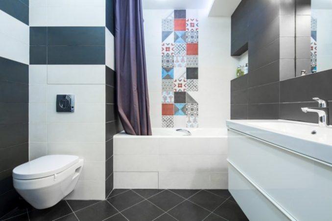 Цветная ванная комната с туалетом