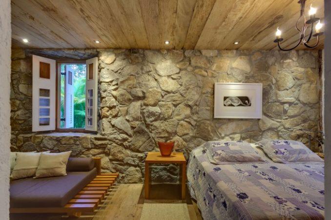 Декоративный дикий камень в спальне