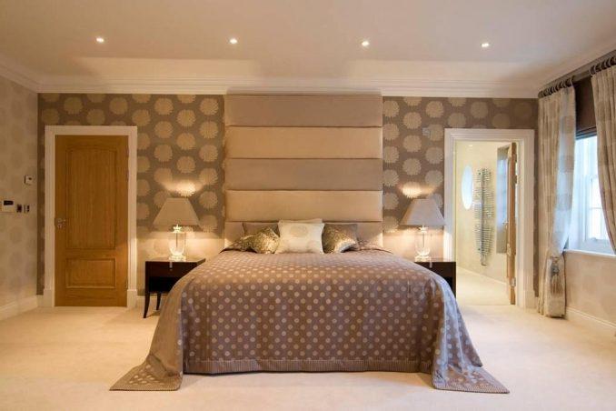 Дизайн спальни с двумя видами обоев