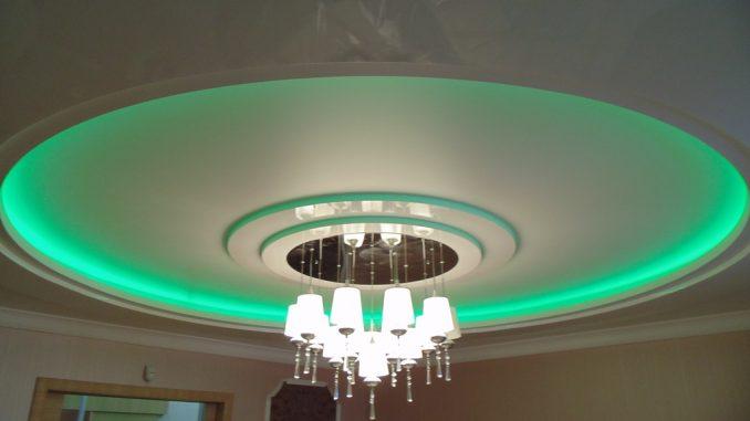 Двухуровневый потолок из гипсокартона и натяжной с подсветкой