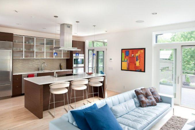Интерьер коричневой кухни совмещенной с гостиной