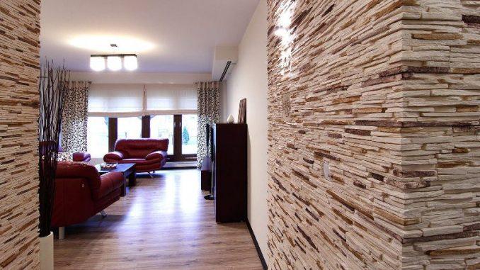 Камень в интерьере на стенах коридора в квартире