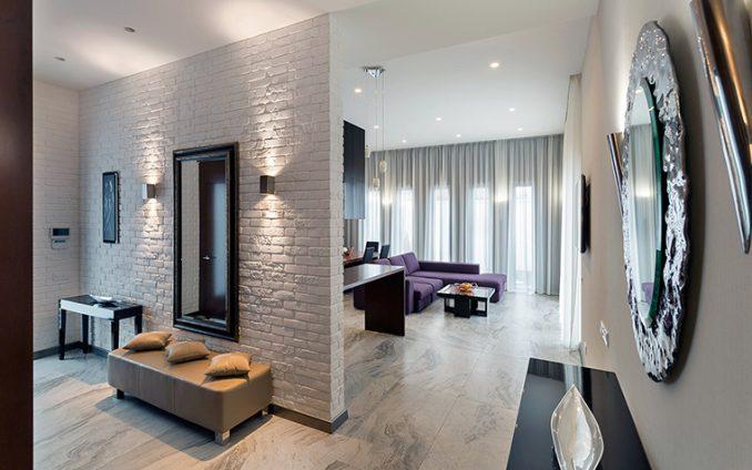 Камень в интерьере на стенах коридора в квартире фотографии