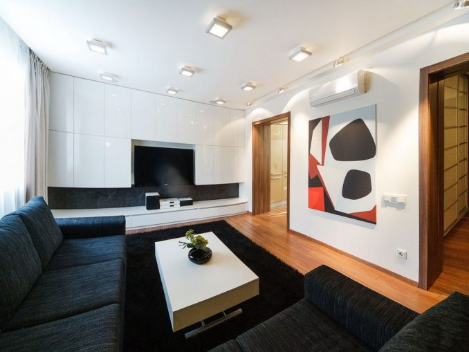 Картина в гостиной комнате в стиле минимализм
