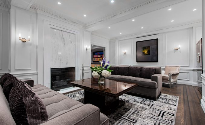 Неоклассицизм в интерьере гостиной с камином