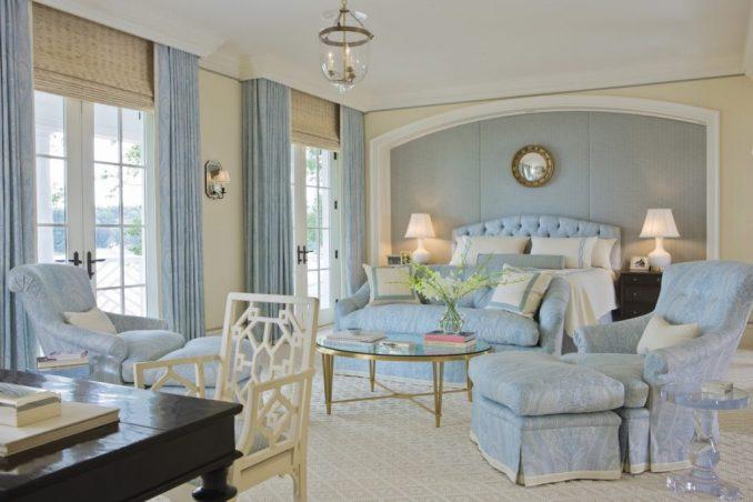 Нежно-голубые бирюзовые оттенки в гостиной классического стиля