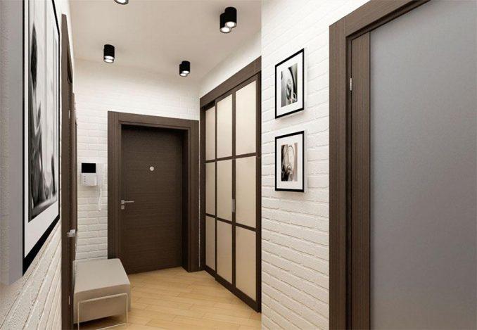 Прихожая с коричневыми дверями