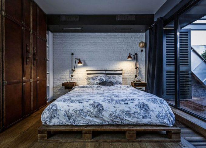 Спальня лофт с большими окнами