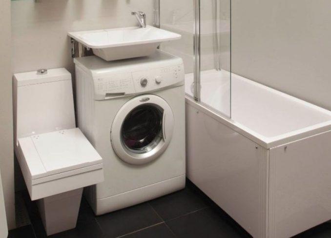 Стиральная машинка под раковиной в маленькой ванной