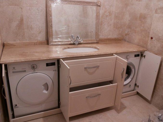 Стиральная машинка в шкафу в ванной