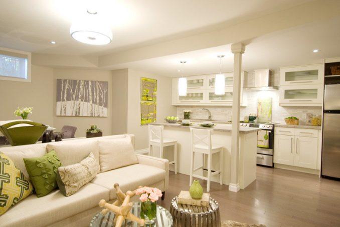 Светлая кухня, совмещенная с гостиной