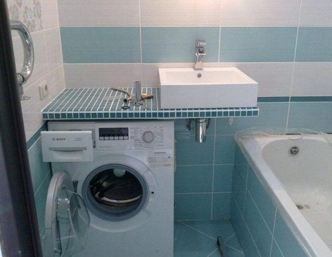 стиральная машина под раковиной в голубой ванной
